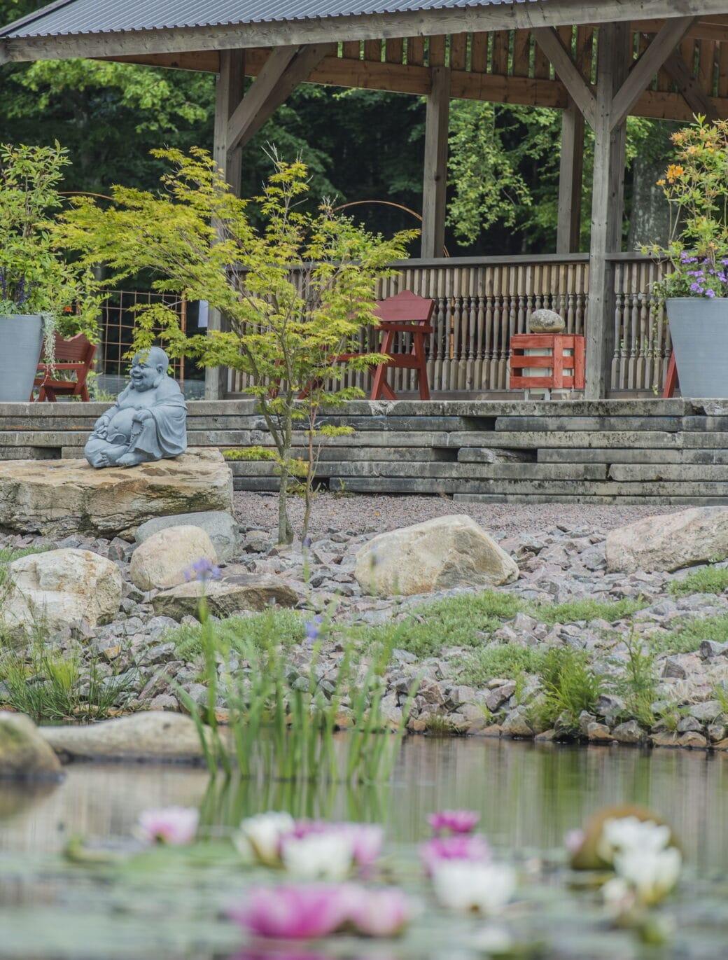 Hillesgårdens paviljong med Buddha-figur